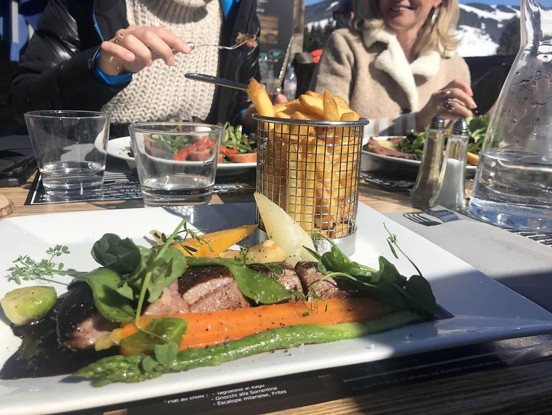 Assiette de viande et légumes en terrasse