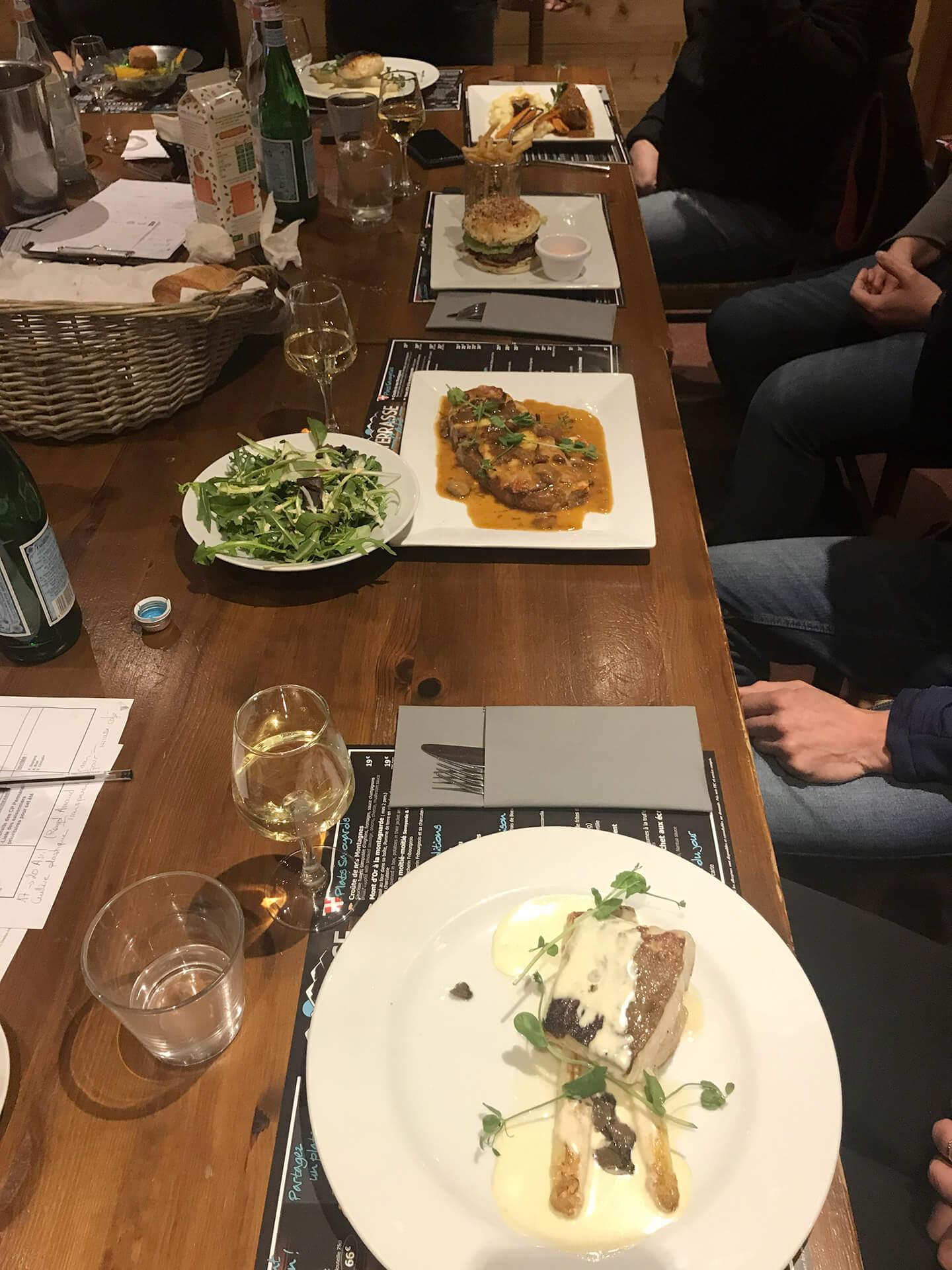 Un repas en groupe au Terrasse Café