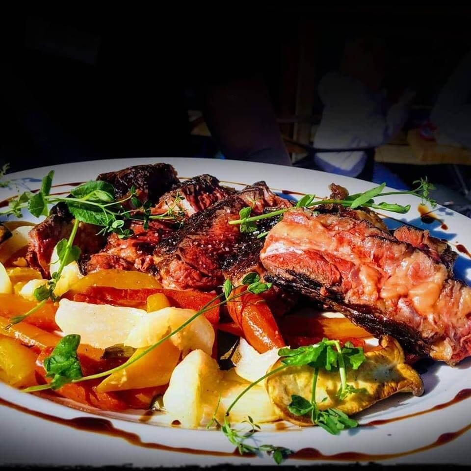 Assiette cote de boeuf et légumes au Terrasse Café de Megève